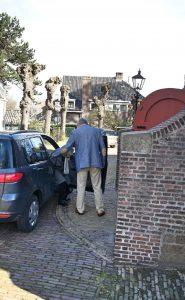 Taxi-service bij de ingang van de kerk